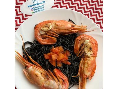 Креветки «Ботан» с томатами и чесноком, на гарнир паста с чернилами каракатицы