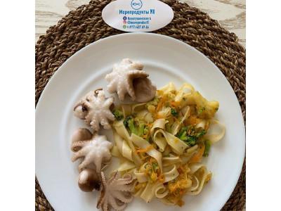 Осьминоги с рисовой лапшой и овощами